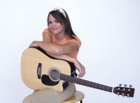 acoustic-guitar-buyers-guide_girl