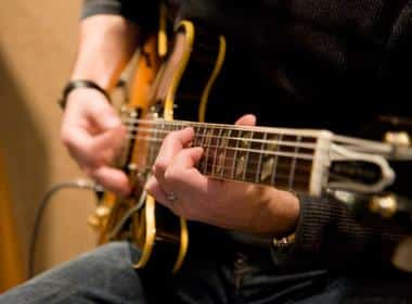Private Guitar Tutor vs Online Guitar Lessons – Which Is Best?